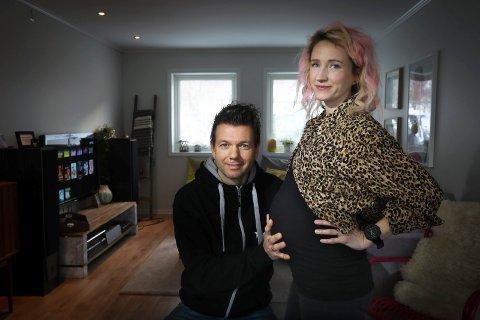 Ny permisjonsordning:  Alexander Hernes Stefansson (41) og Cecilie Haukland (33) venter sitt tredje barn i april. Den tredelte permisjonsordningen byr på utfordringen.