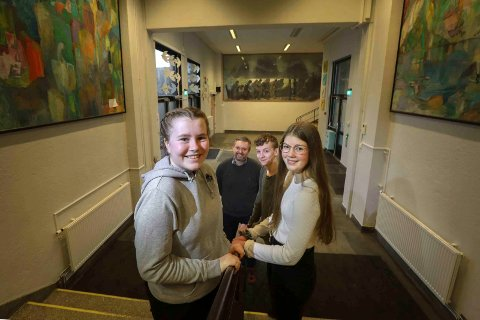 Wilma Engan (t.v.), Luna Kjelstrup,  Vetle Rædergård og rektor Even Ågnes mener Bankgata gjorde rett i å skyve ut skolestarten.