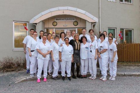 Virksomhetsleder ved Mørkved sykehjem, Elsa Kommedahl (uten uniform), er kåret til årets arbeidsgiver i Nordland. Prisen er i regi av Fagforbundet Nordland. Her er hun sammen med noen av de til sammen 100 ansatte ved sykehjemmet.