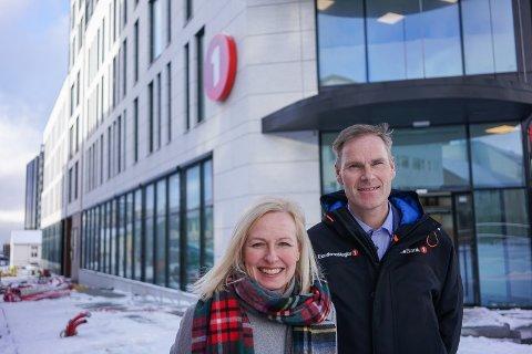 Fornøyde: Trude Glad, konserndirektør for Helgeland og Salten i Sparebank 1 Nord-Norge, og Per Martin Olsen, banksjef i Bodø, er fornøyde med de nye lokalene sine.