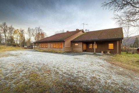 Tidligere Kosmo skole er lagt ut for salg igjen. Nå håper eiendomsmegler og daglig leder i Notar Eiendom på Fauske, Asbjørn Ingebrigtsen, at han får inn et konkret bud.