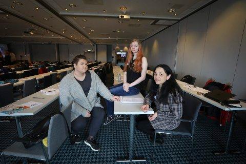 Oppvekstkonferanse for Ungdom.Bendik Knudsen (18) og Toril Merete Steinmo (20) er begge Ung tilrettelegger. Her sammen med Sita Grepp som er seniorrådgiver i NFK.