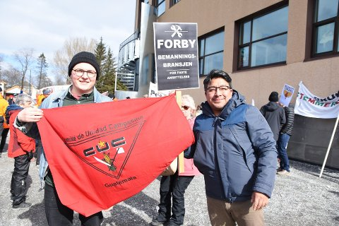 """Sebastian Pereira Tymi og Tomas Lopez gikk under parolen """"Forby bemanningsbransjen""""."""