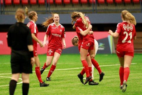 Grand-jentene får en tøff kamp mot Kolbotn i 3. runde i cupen. Foto: Bjørn Erik Olsen