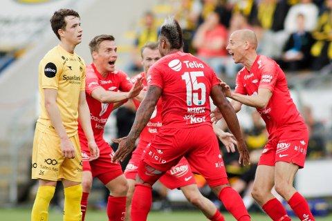 Branns Bismar Acosta blir gratulert etter 0-2 scoringen under eliteseriekampen i fotball mellom Bodø/Glimt og Brann på Aspmyra stadion søndag kveld.
