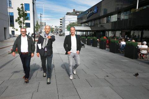 Arthur Buchardt sammen med eierne av Ørnestedet Trond Tørdal og Runar Berg.