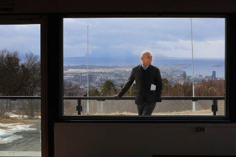 Arthur Buchardt - hotell og eiendomsutvikler skal kjøpe tomta fra blant annet Runar Berg og Trond Tørdal hvis han starter en hotellbygging. I dag lettet rådmann Rolf Kåre Jensen på sløret om dialogen med hotellbyggeren.