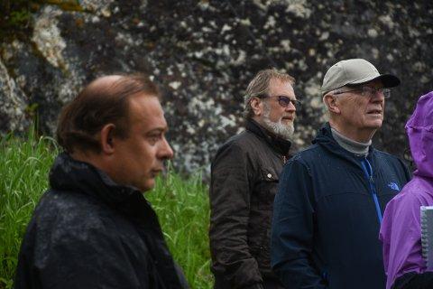 Ivar Bjerkli til venstre og Johan Hernes til høyre under befaring på Kvalnes i forbindelse med odelstakstsaken nå i vår.