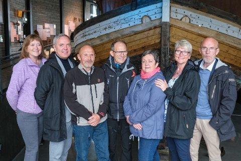 Oldebarn til jektebyggeren: Her er Ingrid Brattaker, Einar Brattaker, Oddbjørn Brattaker, Helge Brattaker, Gunnvor Brattaker, Ann Brattaker Urheim og Einar Olafsen Brattaker.