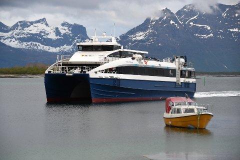 Dårlig vær langs kysten av Nordland har i ukevis ført til innstilte hurtigbåtruter. Det har ført til mye kritikk av mannskapet ombord, skriver NRK.