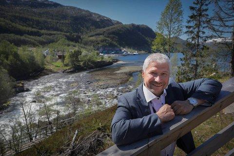 Gir seg: Her ble daglig leder Stig Joar Krogli fotografert med anlegget i bakgrunnen under åpningen av selskapet SalmoBreed Salten. Et år senere er Krogli klar til å begi seg ut på nye beitemarker.