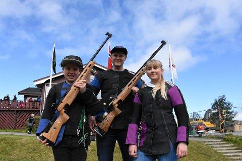 Familien Ysland stiller sterkt på Landsskytterstevnet på Evje. Her ved Vegard Ysland, Carina Ysland og Magnus Ysland.