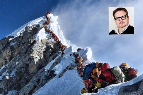 Et av sommerens mest minneverdige bilder; hundrevis av mennesker i kø for innta toppen av Mount Everest.