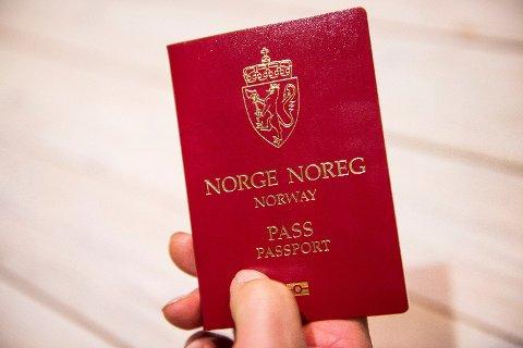 Det norske passet fortsetter nedover listen til Henleys Passport Index, som rangerer passet som verdens 6. mektigste. Det betyr at nordmenn fritt kan reise til 183 destinasjoner, ifølge data fra den internasjonale flytransportorganisasjonen IATA. Foto: Jon Olav Nesvold (NTB scanpix)