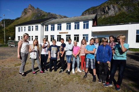 Rydder: Elevene på skolen på Laskestad har i mange år opplevd det som vanskelig å rydde en spesiell strand.