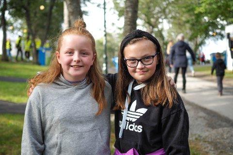 Leah Fure (9) og Viktoria S. Fure (10) gleder seg til god musikk og herlig stemning på Familieparken.