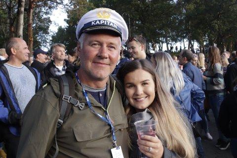 Tom Rune Jørgensen koser seg på parken med datter Karianne Jørgensen (18).