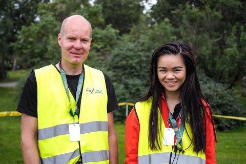 Magnus Skogmo (42) og Frida Xiang Årsandøy (24) står for dronefilmingen av årets festival. De forteller at folk som regel syns det er greit, så lenge de vet hva det er som foregår.