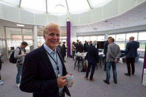 Ny by Ny flyplass. Avinor får klarsignal for å gå raskt frem. Statssekretær Allan Ellingsen (Frp) og statsråd Kjell-Børge Freiberg (Frp) i OED besøker Bodø. Konsernsjef Dag Falk--Petersen.