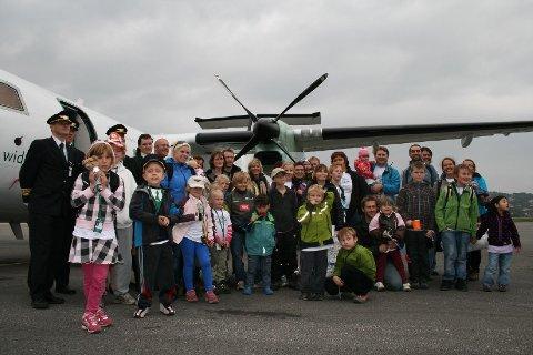 På tur tilbake: Sigrid og de andre reisende utenfor Drømmeflyet i 2008.