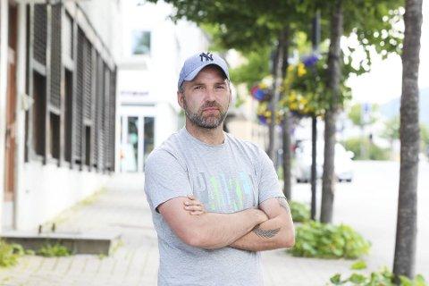 Festivalsjef Gøran Aamodt forteller hvordan de skal håndtere skravlingen blant publikum i Bodø.