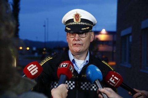 ETTERFORSKER: Lensmann i Alta Øyvind Lorentzen fortalte søndag kveld at politiet har sikret Snapchat-videoer som er sendt fra helikopteret før det styrtet. Foto: Terje Pedersen / NTB scanpix
