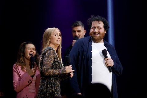 Oslo  20171125. P3 Silje Nordnes og Ronny Brede Aase på scenen for å annonsere vinner. Live Nelvik og Leo Ajkic i bakgrunnen. Foto: Mariam Butt / NTB scanpix