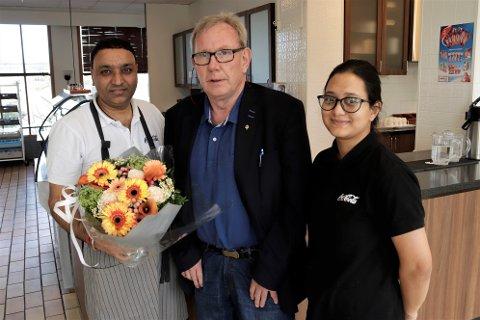 Per Christian Jacobsen var mandag formiddag innom Stasjonen Kafe for å takke for den gode hjelpen.  Her sammen med Harjinder Singh og Kusum.