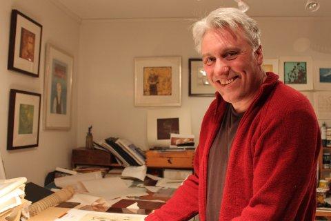 Bjørnar K. Meisler har sitt eget tegne- og kunstatelier  i kjelleren hvor han lager alt fra billedkunst med mange ulike teknikker, til tegneseriestriper. Foto: Bjørg Riibe Ramskjell