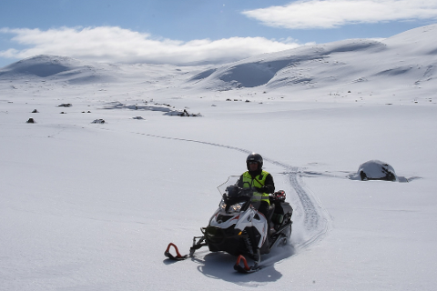 Har du hytte på Saltfjellet får du mulighet til å kjøre scooter over en lengre periode. Bildet er tatt i en sannen sammenheng.-
