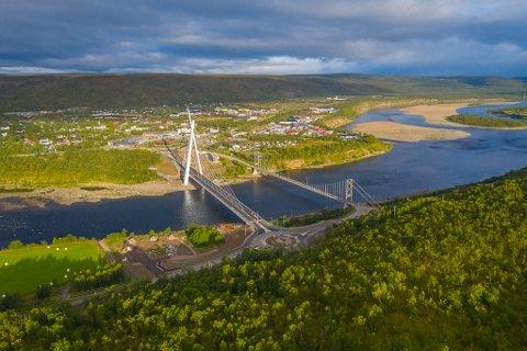 IKKE STANDARD: Standard kjørebredde på en vanlig bro er på 3,25 meter, men Tana bru er smalere. Statens vegvesen forklarer at dette har vært en del av planene for prosjektet.