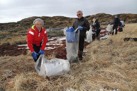 Eva Haugsnes og Nils Thommesen i kjent stil med strandryddesekk.