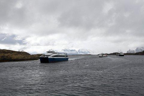 Ferge og hurtigbåter møtes på Sørarnøya. Stortingsrepresentant fra Frp, Kjell Børge Freiberg, vil ha riksveisamband hit.