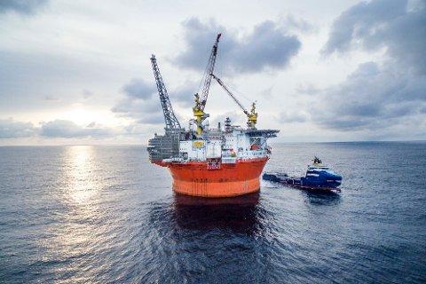 Goliat FPSO og supplybåten Stril Barents på feltet i februar 2016.