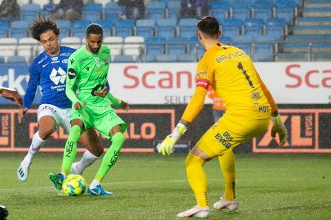Kristiansunds Amahl Pellegrino setter inn 1-1 forbi keeper Andreas Linde i duell med Henry Wingo under eliteseriekampen i fotball mellom Molde og Kristiansund på Aker Stadion.