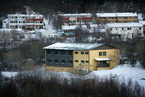 Nord Eiendom AS vurderer å selge denne tomta på Høgåsen på Tverlandet, men håper fortsatt at eiendommen kan brukes som flyktningmottak etter hvert.