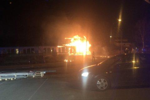 En seksmannsbolig sto i flammer sent tirsdag kveld.