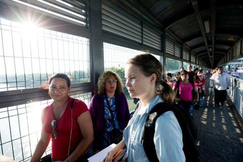 VGs USA-korrespondent Maria Mikkelsen intervjuer migranter på broen mellom Mexico og USA. De venter på sitt første rettsmøte om de skal få asyl i USA eller ikke. FOTO: THOMAS NILSSON/VG