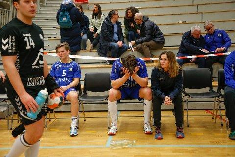 Odin Breivik (fra venstre), Jonas Kristoffersen og fysioterapeut Trine Erlendsen Hansen fant lite å glede seg over etter tap i kampen BHK ikke kunne tape.