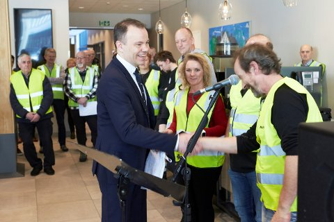 Fylkesrådsleder Tomas Norvoll (Ap) får overrakt underskrifter fra fergeopprøret.