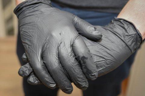 ENGANGSHANSKER: Hansker er effektiv for å beskytte deg selv mot smitte, men den falske tryggheten kan føre til dårligere håndhygiene og hyppigere spredning av viruset til andre, ifølge FHI.
