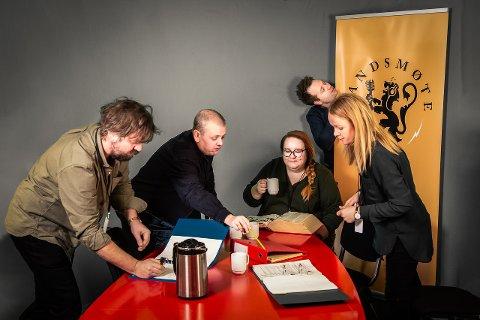 Landsmøte-redaksjonen i arbeid. Fra venstre: Torfinn Borkhus, Rune Nilson, Elin Aandal-Herseth, Håvard Karlsen og Karoline Paulsen Årrestad.