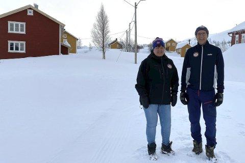 Normalt er det «metervis» med snø i Sulis og på Jakobsbakken på denne tiden. Men i år må Mona Mosti og Thor Åge Jensen håpe på snø for å kunne arrangere skirenn. Foto: Stian Høgland
