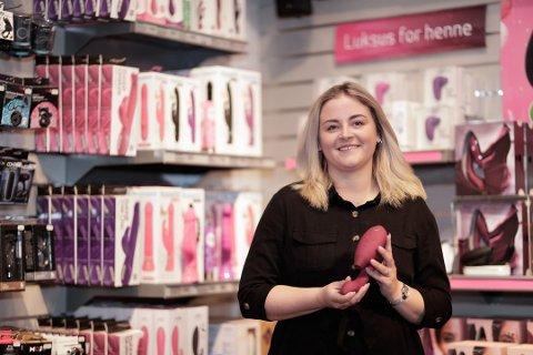 POPULÆR: Marthe Sørflathen, presseansvarlig i Kondomeriet, viser fram en Womanizer Duo, som har en kombinasjon av g-punkt- og klitorisstimuli. Den er blitt populært blant kvinner. Foto: Kondomeriet