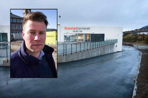 KRITISK: Elnar Remi Holmen (innfelt) ble ikke spesielt imponert over avstanden kundene på Hunstadsenteret hadde til hverandre.