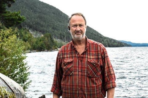 PÅ HYTTA: Øivind Iversen har fått bot av kommunen på 135.000 kroner for ting han har satt opp på hytta.