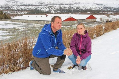 TØFT ÅR: Camilla  og Snorre Bratbakk har hatt et tøft år bak seg etter at svinebesetninga deres ble smittet av MRSA.