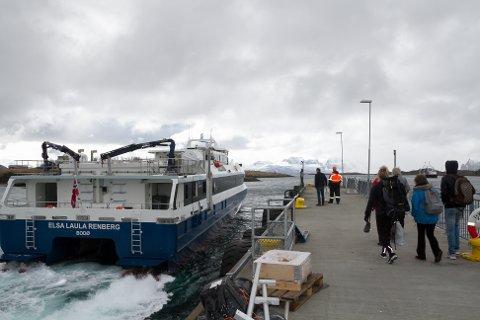 Nordlandsekspressen (NEX) på vei innom Sørarnøya.