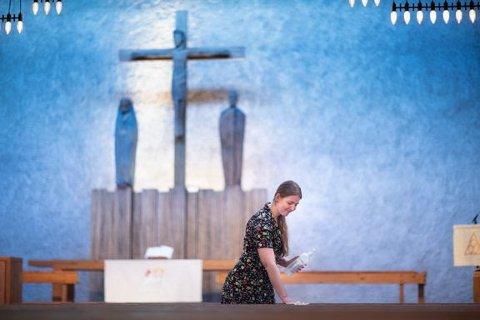 Alteret i Sinsen kirke rengjøres etter en vielse under koronapandemien. Foto: Bo Mathisen