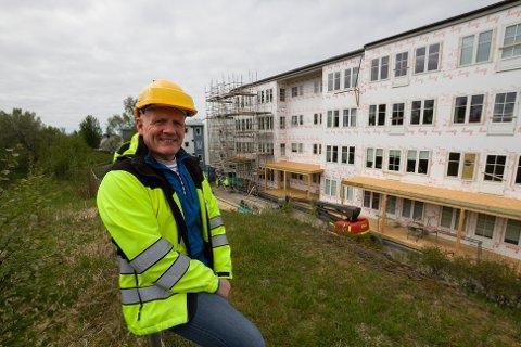 Daglig leder og eier Bjørn Johansen på Zefyrhaugen. Borettslaget gjennomfører en stor renoveringsjobb av fasadene.